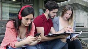 Gruppe Freunde, die zusammen studieren stock video footage