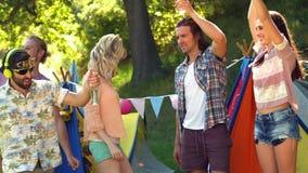 Gruppe Freunde, die zusammen tanzen stock video