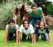 Gruppe Freunde draußen in einem Park Stockbilder