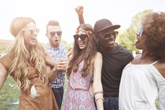 Gruppe Freunde am Festival stockbild