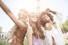 Gruppe Freunde am Festival stockfotos