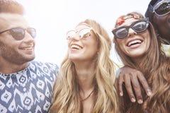Gruppe Freunde am Festival stockfoto