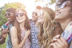 Gruppe Freunde am Festival stockbilder