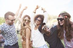 Gruppe Freunde am Festival lizenzfreies stockfoto