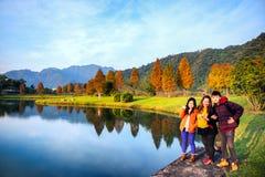 Gruppe Freunde hängen heraus entlang schönem See stockfotografie