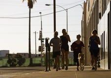 Gruppe Freunde heraus für einen Lack-Läufer Lizenzfreies Stockfoto