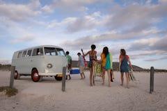 Gruppe Freunde kommen vom Strand zurück, um ihr Reisemobil zu verbinden stockfoto