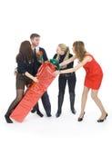 Gruppe Freunde mit dem Geschenk Lizenzfreies Stockfoto