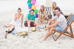 Gruppe Freunde mit den Getränken, die Spaß zusammen auf dem Strand haben Lizenzfreie Stockfotos