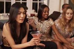 Gruppe Freunde mit Getränken Cocktailparty genießend lizenzfreies stockbild