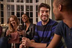 Gruppe Freunde mit Getränken Hausparty zusammen genießend lizenzfreies stockfoto
