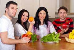 Gruppe Freunde mit Obst und Gemüse Stockfotos