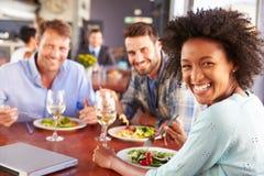 Gruppe Freunde am Mittagessen in einem Restaurant stockfotografie