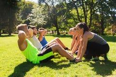 Gruppe Freunde oder Sportler, die draußen trainieren Lizenzfreies Stockfoto