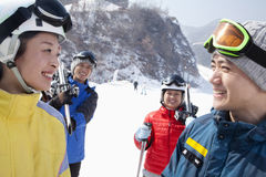 Gruppe Freunde in Ski Resort Lizenzfreie Stockfotografie