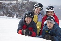 Gruppe Freunde in Ski Resort, lächelnd und betrachten Kamera Lizenzfreie Stockbilder