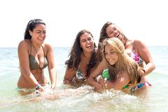 Gruppe Freunde am Strand lizenzfreie stockfotos