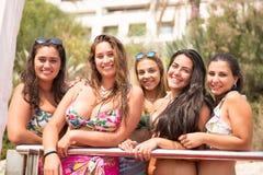 Gruppe Freunde am Strand lizenzfreie stockbilder