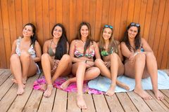 Gruppe Freunde am Strand lizenzfreies stockbild