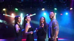 Gruppe Freunde tanzen in einen Nachtklub in der Dunkelheit stock video footage
