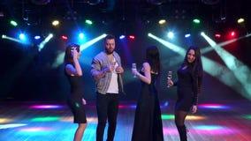 Gruppe Freunde tanzen in einen Nachtklub in der Dunkelheit stock video