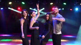 Gruppe Freunde tanzen in einen Nachtklub in der Dunkelheit stock footage