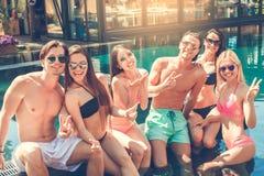 Gruppe Freunde zusammen in der Swimmingpoolfreizeit Lizenzfreie Stockfotografie