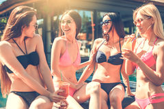 Gruppe Freunde zusammen in der Swimmingpoolfreizeit Lizenzfreie Stockbilder
