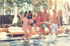 Gruppe Freunde zusammen in der Swimmingpoolfreizeit Stockfoto