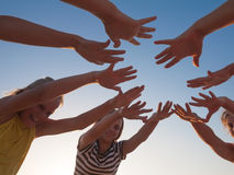 Gruppe Freundhände auf Himmelhintergrund Stockfotografie