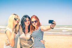 Gruppe Freundinnen, die ein selfie am Strand nehmen Stockbild
