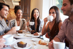 Gruppe Freundinnen, die im Café-Restaurant sich treffen lizenzfreie stockfotografie