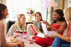 Gruppe Freundinnen, die sich zu Hause für Babyparty treffen Lizenzfreie Stockfotos