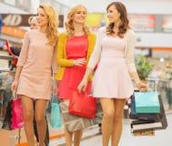 Gruppe Freundinnen am Einkaufen Stockbilder