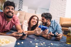 Gruppe Freundspielvideospiele Stockfotos