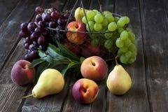 Gruppe frische Früchte auf hölzernem Hintergrund Stockfoto