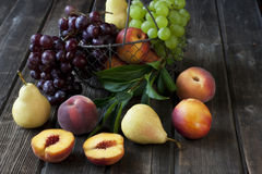 Gruppe frische Früchte auf hölzernem Hintergrund Lizenzfreie Stockbilder