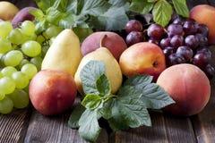 Gruppe frische Früchte auf hölzernem Hintergrund Stockfotografie