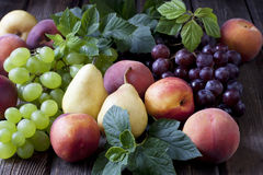 Gruppe frische Früchte auf hölzernem Hintergrund Stockfotos