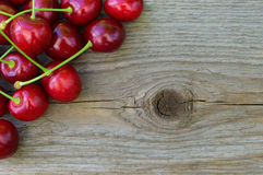 Gruppe frische reife rote süße Kirschen auf hölzernem Hintergrund Stockbilder