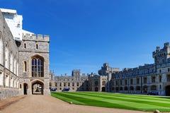 Gruppe Gebäude am Viereck von Windsor Castle, ein königlicher Wohnsitz bei Windsor in der Grafschaft von Berkshire, England, Groß lizenzfreie stockfotos