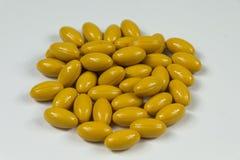Gruppe gelbe weiche Gelatinekapseln Stockbild