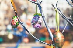 Gruppe gemalte Ostereier auf Baumast Lizenzfreie Stockfotografie