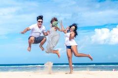 Gruppe gemischtrassige Freunde, die Spaß auf dem Strand von tropischer Bali-Insel, Indonesien haben stockbild