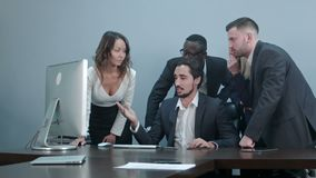 Gruppe gemischtrassige Gesch?ftsleute um den Konferenztisch, der Laptop-Computer betrachtet und mit gegenseitig spricht stock video footage