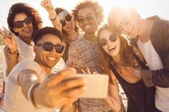 Gruppe gemischtrassige glückliche Freunde, die selfie nehmen und Spaß haben lizenzfreie stockfotografie