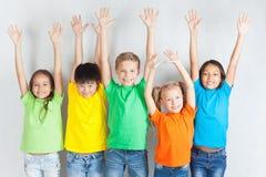 Gruppe gemischtrassige lustige Kinder Lizenzfreie Stockbilder