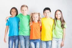 Gruppe gemischtrassige lustige Kinder Lizenzfreies Stockfoto