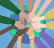 Gruppe gemischtrassige menschliche Hände, die zusammen auf dem Erdkonzept verbinden Team und Verband lizenzfreie abbildung
