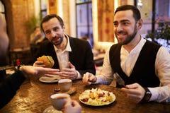 Gruppe Geschäftsleute im Restaurant lizenzfreies stockfoto